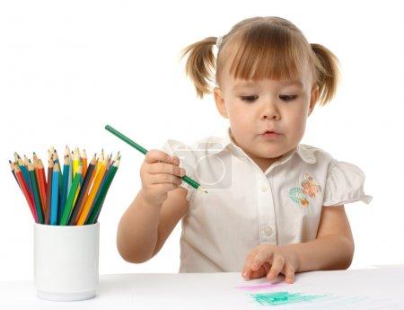 可爱的孩子用彩色铅笔绘制